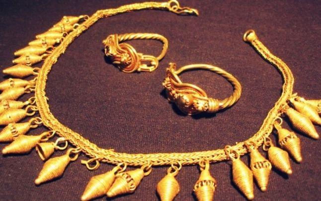 Aurul dacic a fost adus sub pază la Deva: un colier valoros, furat din cetăţile dacilor, a fost prezentat instanţei